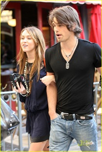 miley-cyrus-justin-gaston-taking-pictures-14