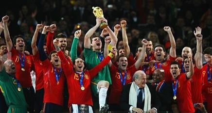 Partidos enteros historicos de selecciones o equipos - Página 2 Casillas%20levantando%20la%20Copa%20del%20Mundo%202010-2_thumb%5B3%5D