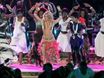 Shakira sings Waka Waka during closing ceremony mS379gmso3dl