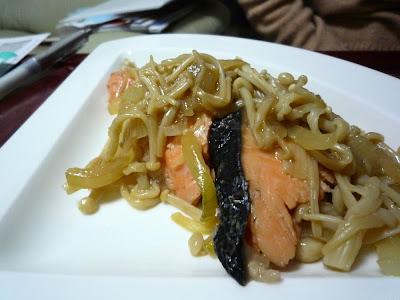 salmón cebolla シャケ 鮭 サケ enoki タマネギ onion エノキ えのき茸 エノキタケ 榎茸 enokitake flammulina comida casera 家庭料理 home cooking