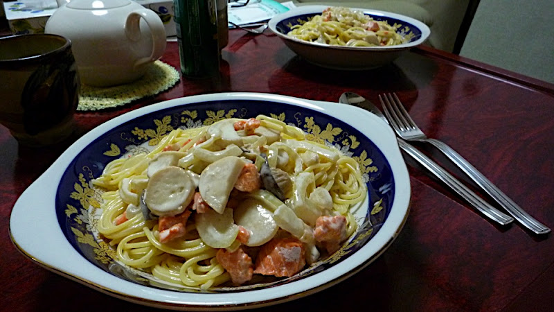 pasta, パスタ, スパゲッティ, spaghetti, espaguetis, salmón, salmon, サーモン, シャケ, cebolla, onion, タマネギ, eringi, seta de cardo, エリンギ, nata, クリーム, cream