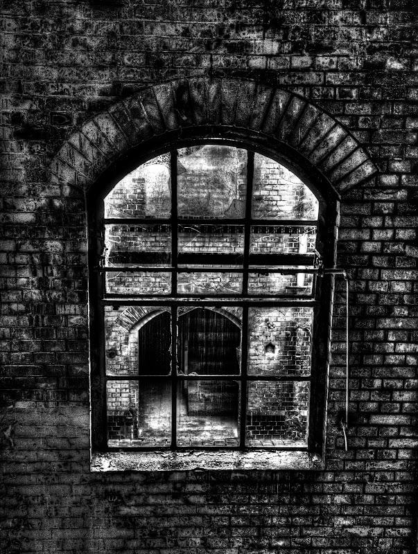 Fenster zum Innenhof mit Blick auf Treppenaufgang zum Ausgang an der Westseite