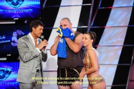 Marcelo le entrega la camiseta de boca a la Mole.JPG