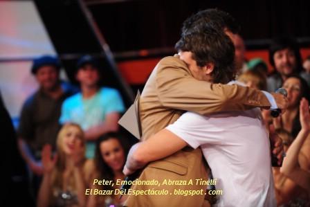 Peter, Emocionado, Abraza A Tinelli.jpg