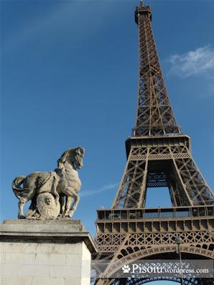 Turnul Eiffel vazut de pe podul din fata lui