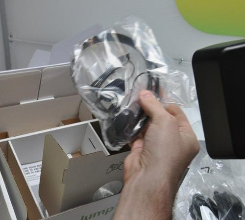 www.engadget.com__slim-unboxing37-hands.jpg