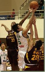 台銀瓊斯(左)台啤楊敬敏(中)