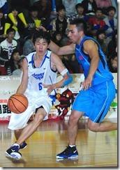 中華隊劉錚(左)拿下全場最高26分