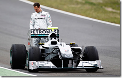 Schumacher guarda la sua Mercedes
