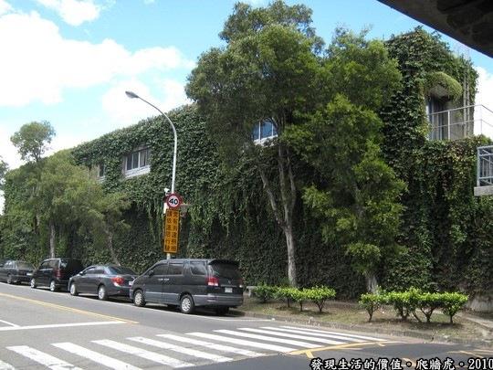 這棟建築物的外觀幾乎都被這種「爬牆虎」完全覆蓋了,不知道夏天的時後有沒有遮陽消暑的作用?另外,這種植物進入秋天的時候會掉葉子,到時候可能有得掃了,似乎有一好就沒有兩好。