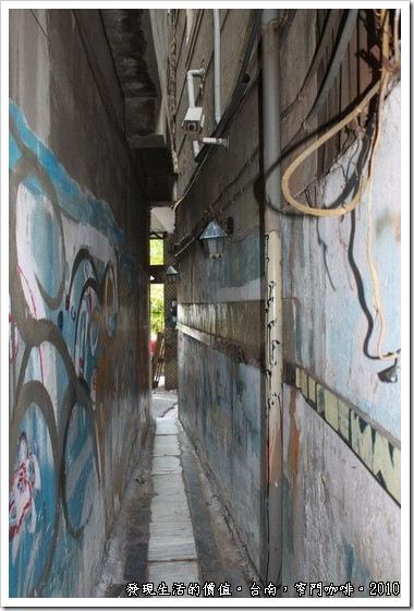 從巷子內望出去的景象,還好台南不常下雨,否則這麼窄的巷道也無法撐雨傘啊!
