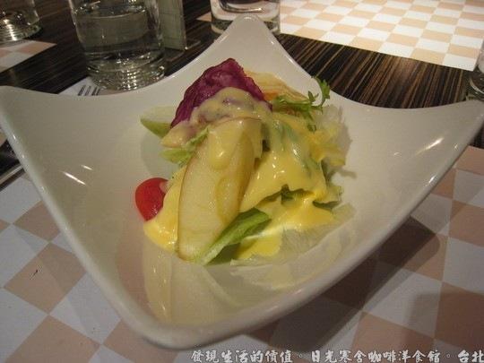 日光寒舍咖啡洋食館,沙拉-健康蔬果優格生菜沙拉。沙拉要好吃重點在蔬菜的要新鮮,冰鎮過的生菜會有爽脆的口感
