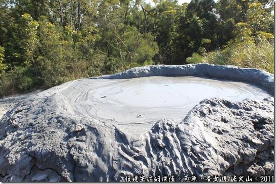 燕巢養女湖,看似平淡水面無波的泥火山口,其實正在醞釀下一次的噴發,你可以試著把手伸進去體會一下其溫度。