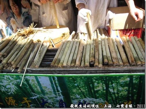 泰國香蕉竹筒飯,裡面混有泰國米飯與香蕉等東東的,老闆會當場表演如何銷掉竹子的外皮而留下竹子內部的那層膜,吃得時候建議連那層膜吃,會有不同的風味喔!雖然吃起來有點像咬到塑膠布的感覺。