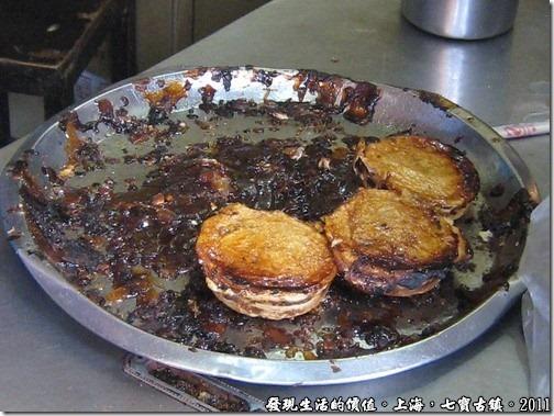 黑黑的那一團就是掉出來海棠糕的紅豆餡。