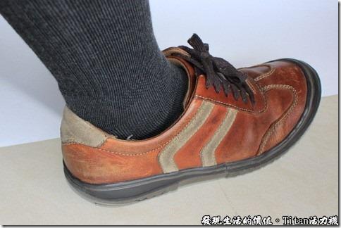 Titan職場活力襪:從這個角度應該可以更明顯看到腳踝的地方,很少這樣看著自己的腳,感覺起來與穿了襪子的名模應該相去不遠吧!XD!自我感覺良好。