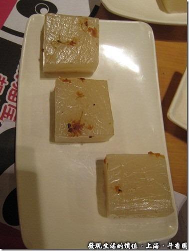 上海斗香園,招牌太白醉拉糕RMB18,就像是我們小時候常吃的糯米甜糕,很多人推薦這道菜,但我相信一般的台灣人不會喜歡。