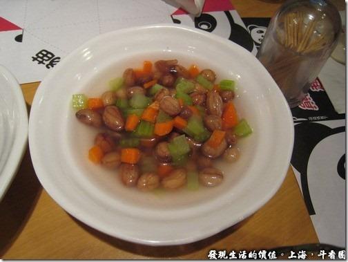 上海斗香園,鹽水花生RMB6,真的把花生泡在鹽水裡端出來!花生還有脆度,吃起來還不錯。