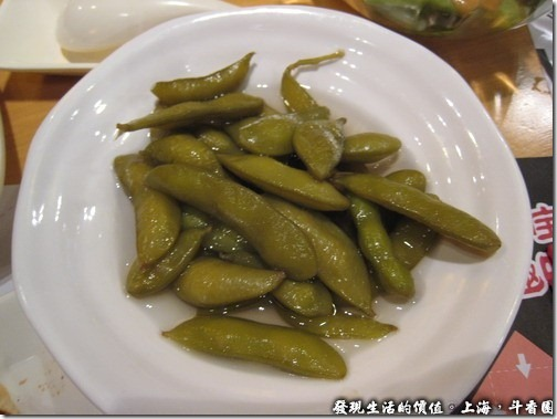 上海斗香園,鹽水毛豆RMB6,真的高不懂,為何在大陸吃得毛豆都這樣湯湯水水的,而且就只用開水燙過而已,這裡的毛豆至少還有放鹽巴下去燙過,所以味道還可以,就是顏色怎麼會變成有點黃呢?泡太久嗎?