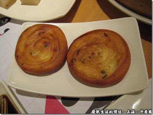 上海斗香園,婆婆蔥油餅RMB12,點的時候還以為會是很大一張的蔥油餅,結果端出來還不到一個巴掌大,有點失望,上面的蔥花不但少,還完全吃不出有蔥花的味道,而且吃起來就像在吃油炸過的雲絲卷一樣,更失望了,難得看起來這麼漂亮。