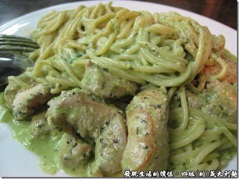 四姐的義大利麵,奶油青醬雞麵,它的雞肉每塊都煮得讓你咬得到雞肉的纖維,但又不會黏牙齒。