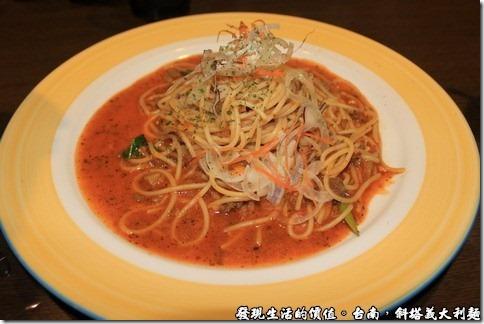 拿波里茄汁肉醬義大利麵,原本以為會是在義大利麵的上面淋上一大陀的肉醬,結果上菜之後幾乎看不到肉醬,只看到紅紅的醬汁及一些肉沫夾雜其間。