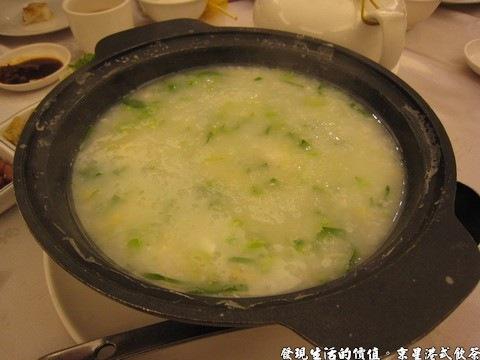 京星港式飲茶,芥蘭鹹蛋粥,對我來說這是蠻新鮮的吃法,把菜粥盛好之後再隨自己的喜好加進蔥花、花生等。不過這鹹菜粥一點都不鹹啊!我個人已經吃得很清淡了,它比我的口味還要清淡。