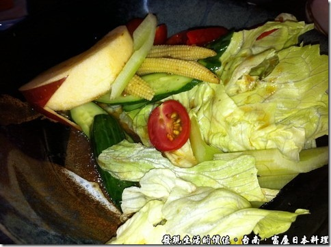 台南富屋日本料理,和風沙拉NT80,有生菜、蕃茄、小黃瓜、蘋果,還有西芹,清甜的生菜我蠻喜歡的。