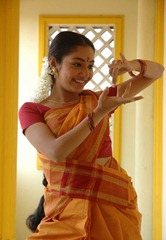 kollywood-actress-maya-unni-in-orange-saree_actressinsareephotos_blogspot_com_003