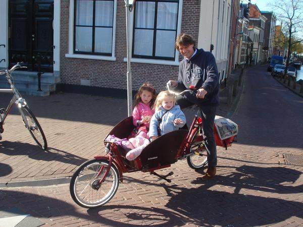 Haarlem, un simpatico papà olandese con le sue 2 figlie in bici