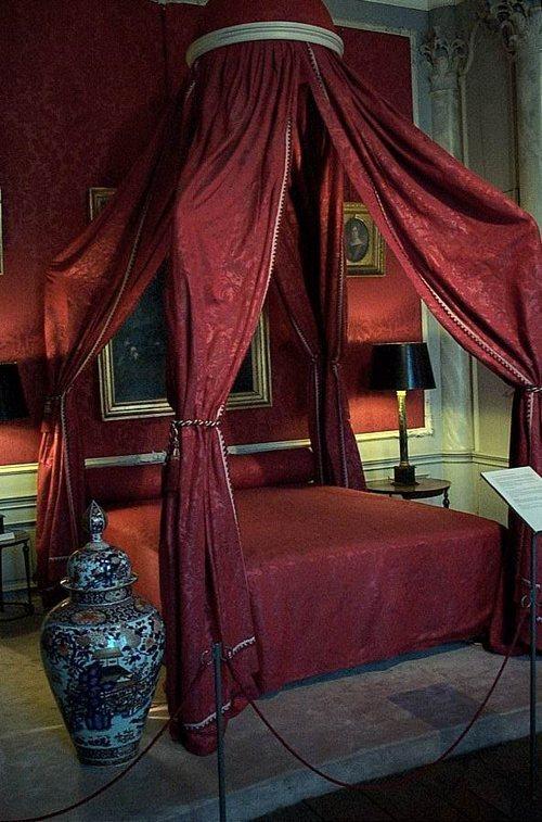 Amsterdam, il Museo Van Loon dall'interno, un letto rosso