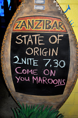 26/5/10-Fans watch State of Origin on a jumbo screen at Calypso Backpackers Resort in Cairns, QLD. Photo by Bobbi Lee Hitchon