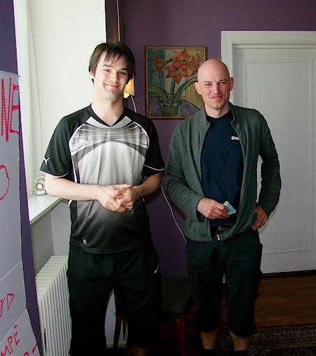 Vinner av klasse A: Atle med turneringsleder Tarjei.