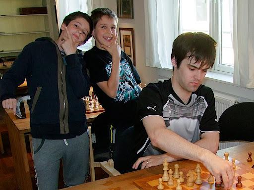 Johan, vinner av klasse B, og Samuel. Begge med 3,5 poeng. Turneringsleder Tarjei kan endelig spille selv.