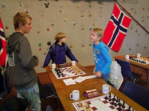 Er ikke størrelsen som teller. Lars Oskar vinner 5. runde mot Stavanger 2's John. Sebastian holder seg fast.