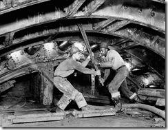 Obreros trabajando en la construcción el túnel en 1939