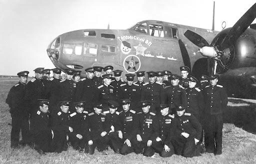 Летный состав 51-го минно-торпедного авиаполка ВВС БФ, на фоне самолета «Бостон» A-20G.
