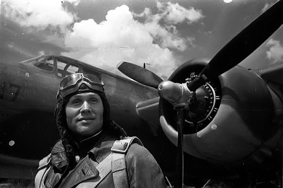 Пилот у самолета-бомбардировщика А-20G «Бостон» 13-го гвардейского ДБАП (топмачтовики). ВВС Черноморского флота