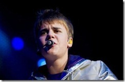 Justin-Bieber-performs-live