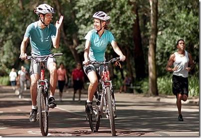 Foto de raquel Amaral e seu namorado andando de bicicleta