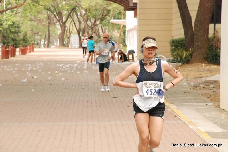 naka-pamewang while running