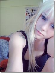 Fake loira de olhos azuis com piercings no nariz