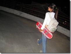 morena com skate na mao