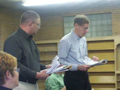 The Iowa DOT's Frank Redeker (Left) and City Engineer Rob McDonald tell councilors about the speed study (KCII-NEWS)