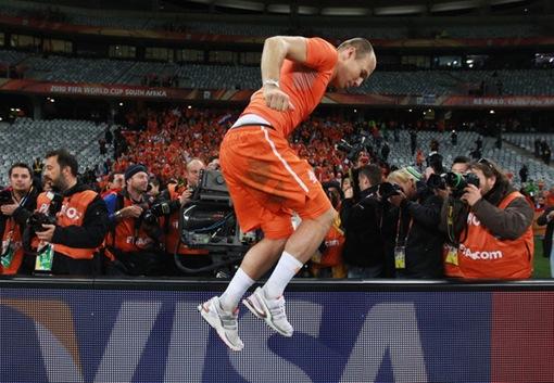 Robben suspendio en el aire por la alegría. Holanda finalista.