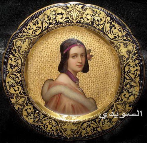 نساء جميلات على صوانى من البورسلين