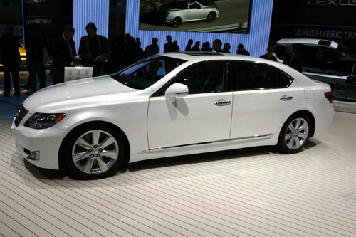 Lexus updates hybrid sedan LS600h