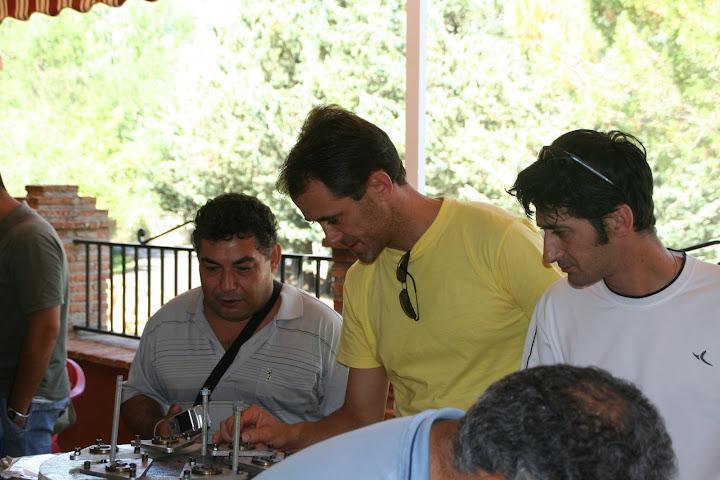 Pedro (derecha) y yo (centro) mirando una celda hecha de composite por Leo. Foto: Plegue.