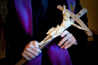 Crucifijo usado por Father Gary Thomas para los exorcismos (Foto de CNS/Don Feria)