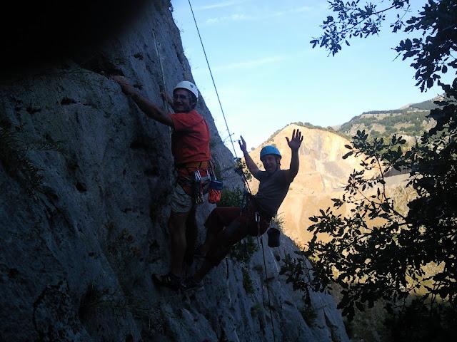 Javi y Toño escalando en Fuentes